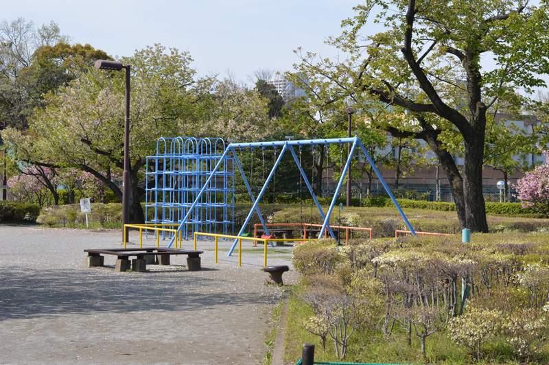 親子で楽しめる荒川自然公園。自転車の練習ができる交通公園もあるよ。