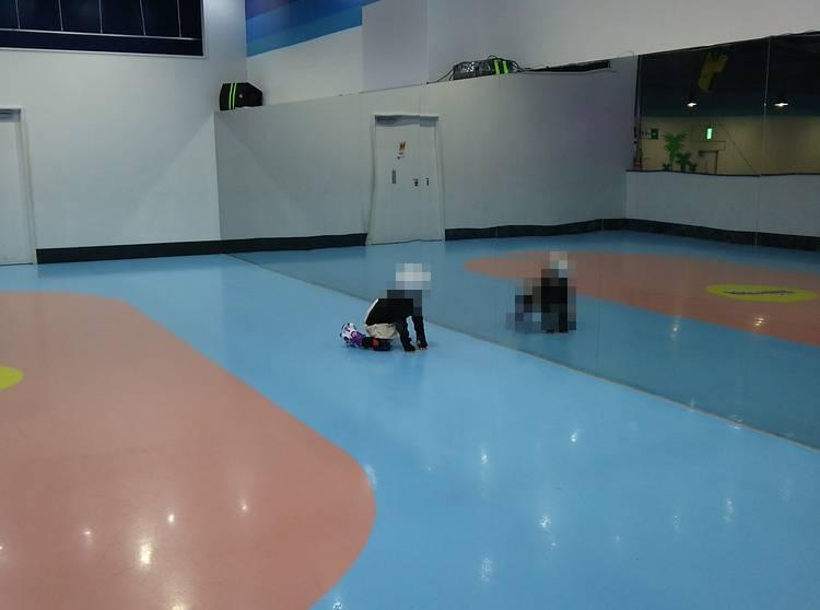 都心で気軽にローラースケートが楽しめる場所といえば、ローラースケートアリーナです。